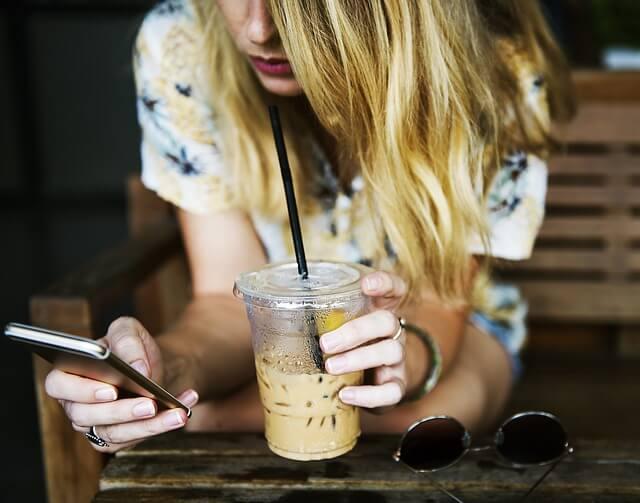 コーヒーとスマホで一息